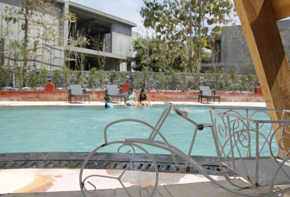 Swiming Pool Manu Maharani Resort